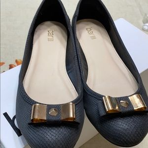 Black ballet shoes with bow on toe